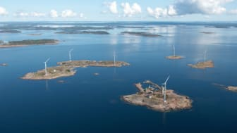 Bilden visar vindkraftsparken på öarna vid Båtskär samt gruvtornet på ön Lilla Båtskärunder vilken gruvan finns.