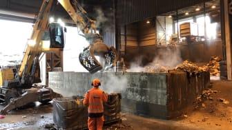 Vid plockanalyser samlar man i 32 ton avfall från olika områden i Göteborg. Avfallet ordnas sedan efter nio huvudfraktioner, 23 sekundära underfraktioner och 39 tertiära. Foto: Bo von Bahr