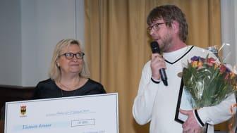 Carina Toro Hartman (S), ordförande i Kommunala tillgänglighetsrådet, delar ut Örebro kommuns tillgänglighetspris 2018 till  Göran P Andersson, Förvaltningen för funktionsstöd