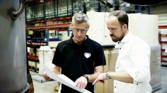 """""""De flesta konsumenter letar efter en luftvärmepump som kombinerar det bästa när det gäller besparing, miljö och design"""", säger Joachim Carlsson, utvecklingschef på CTC (t h)."""