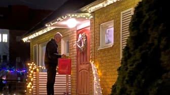 Morgan Särevik på Taxibud hemlevererar i Lidköpings julhandel.