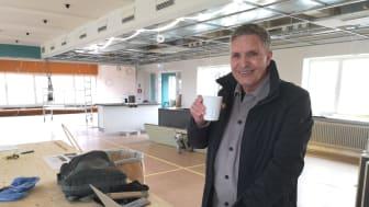 Jan Söder på besök på Hotell Kristina under pågående renovering