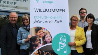 Freuen sich (v. l.): Bürgermeister Hubertus Grimm, Ute Pannewitz und Ilse Marquardt, Kulturbüro, Max Gundermann, DKO, und Christiane Rüsel, Westfalen Weser Netz.