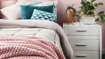 Soveværelset er malet med Sadolins trendfarve Raspberry Pink