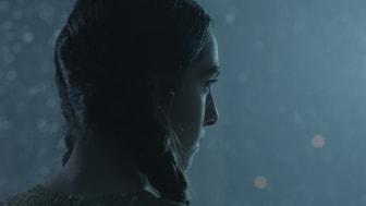 Krigsduvor_Shadi tittar ut mot snön