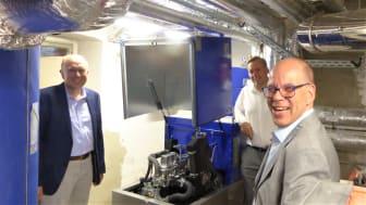 (v. l.) Bürgermeister Christoph Rüther, Markus Schulz, Vertrieb ESW, und Dr. Andreas Brors, Geschäftsführer ESW, nehmen das neue BHKW in Augenschein.