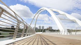 Die neue, 230 Meter lange Brückenkonstruktion zeichnet sich durch einen markanten, über 48 Meter hohen Bogen aus, der als Tor zum Herzen der Innenstadt von Edmonton dient.
