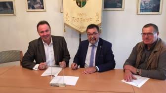 Thomas Pöge - Bürgermeister von Thallwitz (Mitte) unterzeichnet den Kooperationsvertrag mit Deutsche Glasfaser für den Ausbau des Internets in Thallwitz und Kollau.