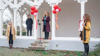 Maria Sundqvist, Malmö Operaverkstad överlämnar en present till Lone Lindström, Drömmarnas hus. Med anledning av Drömmarnas hus 30-års jubileum.