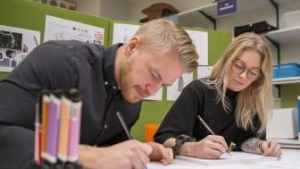 Studenterna David Frenger och Felicia Samuelsson på Högskolan i Skövde har omkonstruerat en snabbkopplingsserie åt företaget Parker Hannifin AB.