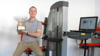 Philip Brandscheid, Inhaber des Therapiezentrum Rückgrat, mit dem Pokal des Oberurseler Fischerstechens