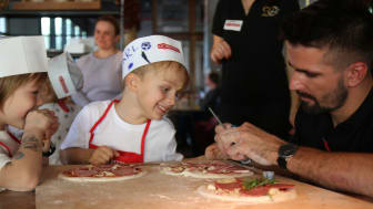 Strahlende Kinderaugen beim Bambini Pizzabacken in der L'Osteria
