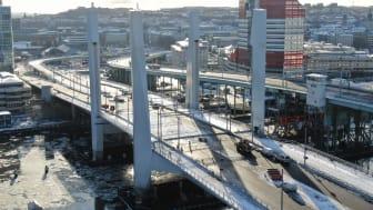 Nu pågår förberedelserna för fullt inför öppningen i maj, då Hisingsbron kan börja trafikeras av gående, cyklister, bilar och bussar. Bild: Max Hjalmarsson