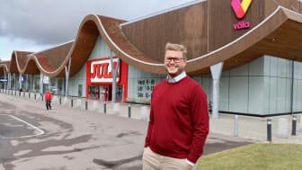 John Erup, teknisk förvaltare på Väla, arbetar med att certifiera handelsplatsens samtliga byggnader som Miljöbyggnad. Målet är att nå certifieringsnivån Guld på så många av byggnaderna som möjligt, en nivå som byggnaden Väla Park kan stoltsera med.