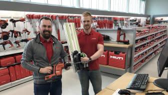 Jan Åge Kristiansen (t.v.) og Esben Nilsen viser stolt frem den nye butikken i Harstad og hvert sitt produkt fra henholdsvis Hilti og Festool.