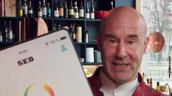 Mark Levengood och UNICEF tar emot en check från M-magasin