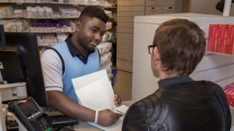 7 av 10 nordmenn ønsker at apotekene kan tilby flere helsetjenester, så de slipper å oppsøke fastlegen for enkel hjelp med helsen.