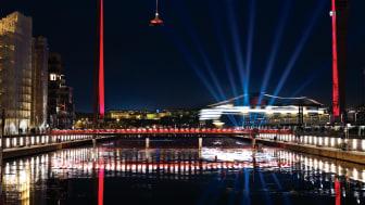 Västra Eriksberg, bockkranen, kajer och gångbro i Göteborg, en av finalisterna i tävlingen Svenska Ljuspriset
