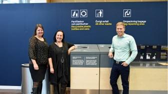 Mari Mörth, generalsekreterare för Läkare Utan Gränser, Tove Möller, ansvarig för social hållbarhet på Swedavia och Rickard Andersson, produktchef på Returpack inviger de nydesignade returkärlen på Stockholm Arlanda Airport.
