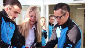 Susanne Ehnbåge klipper begagnad kabel vid premiär av NetOnNet Lagershop