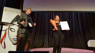 Suzanne Winting Husén, ansvarig digitala kanaler på Riksbyggen, tar emot pris under Web Service Award-galan.