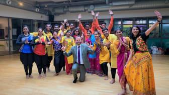 Kultur- och stadsmiljöborgarråd Jonas Naddebo (C) tillsammans med dansgruppen Indisk Fika