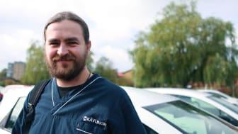 Andrei Rusu ville arbeta med människor och sökte därför jobb som sommarvikarie inom äldreomsorgen. Efter två månader som stöd- och omsorgsbiträde på Nattpatrullen är han säker - han kommer kombinera sitt jobb som bagare med vikariat inom hemtjänsten.