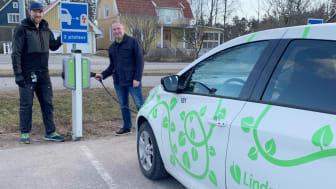 Nils Jonsén-Skanebo, sekreterare Brf Boken, och Richard Järlstam, marknads- och försäljningschef på Linde energi, framför en av Brf Bokens två laddstolpar.
