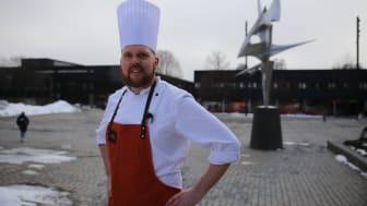 Even Rosted er KUTT-kokk på KUTT Gourmet, Blindern og kommer med tips til studentene for å unngå matkasting. (Foto: Unni Irmelin Kvam / SiO)