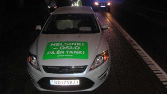 Knut Wilthil og Henrik Borchgrevink etter at bilen stoppet etter 2536,4 km på en dieseltank med en Ford Mondeo ECOnetic