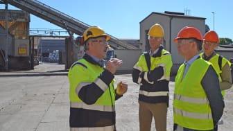 Fabrikschef Per Ole Morken berättar om Cementa för närings- och innovationsminister Mikael Damberg.