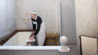 Husan städar badrummet iHallwylska palatset