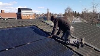 Fra 16. september vil man kunne kjøpe solceller til bolighus hos utvalgte Elkjøp-butikker. Foto: Otovo