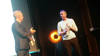 Moderatorn Andre Pops tillsammans med Per Holknekt.