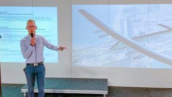 Johan Granström från ABB pratar e-mobilitet på speakers corner på Stora Nolia.