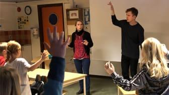 Frida Sundström och Johan Carlberg från Improverket planerar tillsammans med eleverna på Oxledsskolan inför torsdagens föreställning på Kulturum.