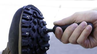 Med det medföljande verktyget skruvar du enkelt fast dubbarna.