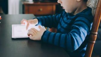 SOS Barnebyer og Elkjøp Norge skal sammen jobbe for å minske digitalt utenforskap i samfunnet. Foto: Unsplash.com