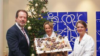 """Sigrid Thiemann (m.), Freundeskreis des Kinderpalliativzentrums Datteln, übernahm das Dortmunder Knusperhaus für die Kinderpalliativstation """"Lichtblicke"""" von SIGNAL IDUNA-Personalchef Frank Tepen und Tanja Gerick, L&D"""
