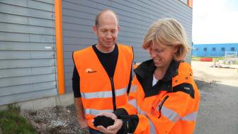 Viktoria Edvardsson, miljöutredare Renova Miljö, och Daniel Collvik,  projektledare, studerar kolet som ska fånga upp farliga PFAS-ämnen i det nya reningsverket.