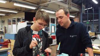 Matthias Detering  und Ausbilder Daniel Westermann in der Ausbildungswerkstatt von Westfalen Weser Netz in Kirchlengern beim Energy Camp (v.l.).