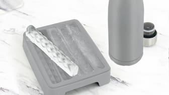 Stoppa isstavarna i termosflaskan för en extra kall dryck.