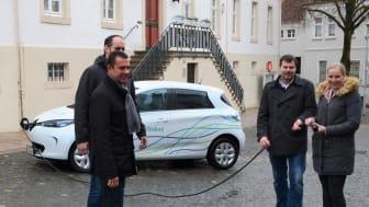 Sind schon gespannt auf die Testläufe mit dem E-Auto von Westfalen Weser Energie (v. l.): Bürgermeister Carsten Torke, dahinter A. Rauer, Klimaschutzmanager, Michael Hillen, Zentrale Dienste, (alle Stadt Steinheim) und Leonie Riekschnietz, WWN.