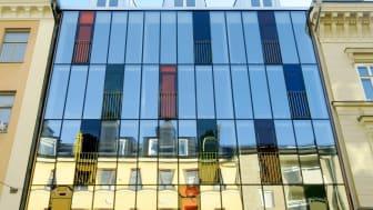 Den utmärkande glasfasaden på Hellstens Glashus