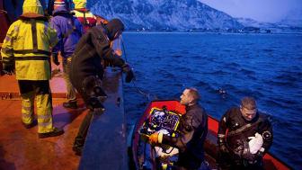 Etter et fiberbrudd i ekstremværet i januar 2015, måtte dykkere hente opp og reparere en 18 tonns sjøkabel på Lopphavet.