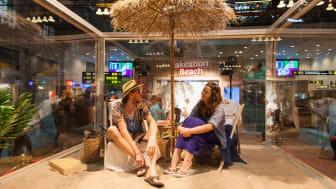 Professionella semesterfirarna Oskar och Sara i vår specialbyggda beachbox på Fakeation Beach