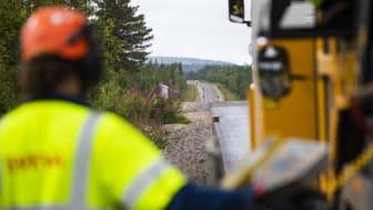 Svevia har fått uppdrag att utför bärighetshöjande åtgärder längs E45 mellan Akkavare och Moskosel. Foto: Simon Eliasson