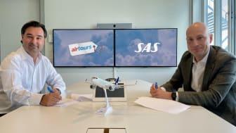 Jacke Mentzas, Airtours CFO, och Marcus EK, global försäljningschef på SAS signerar fyraårigt samarbetsavtal värt minst 800MSEK.