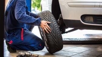 Endast 56 procent av Sveriges bilfärare känner till lagen om mönsterdjup, det visar Mekonomens däckundersökning.