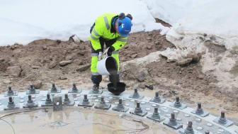 Applisering av mørtel i kuldegrader. Foto: Mapei AS
